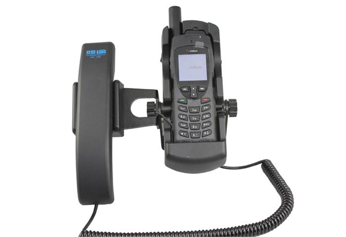 妙途IV66是一款专为铱星9555量身定做的一款免提设备,可以用在室内或者是船载,主要是解决卫星手机在屋内或船舱内无法使用的问题,在室内您可以将铱星9555手机放入IV66座机,这是您可以放在桌面上使用也可以挂在墙壁上使用,拨打电话向用普通电话机一样方便,提起手柄然后拨号即可,可以给普通座机、手机、卫星电话拨打,当有电话呼入时IV66的振铃会响起,同时指示灯会闪烁,双重保障您不错过任何一次来电,真正做到卫星应急通讯的作用。 有了妙途IV66您的铱星9555在室内一样实现24小时在线的状态,如果应急户外使
